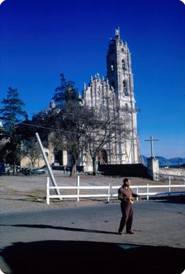 Hombre frente a la iglesia de San Francisco Javier