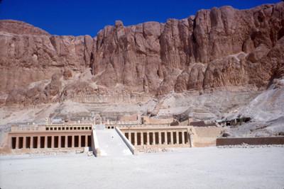 NH Temple Queen HatshepsutNH, vista de la rampa que da a los pasillos columnados