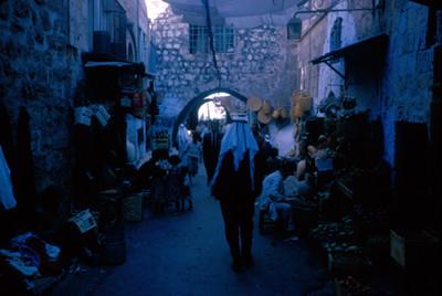 Gente en un callejon de Jerusalen