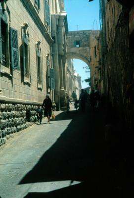 Gente transita por la calle de la