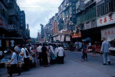 Vida cotidiana en una calle comercial