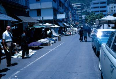 Personas caminan cerca de puestos ambulantes