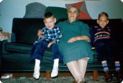 Anciana y niños sentados en sala
