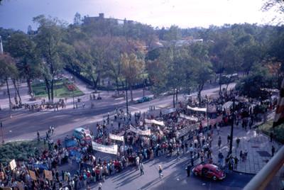 Manifestacion en apoyo al movimiento estudiantil a su paso por Paseo de la Reforma