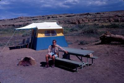 Hombre sentado en una banca en Grand Mesa, retrato