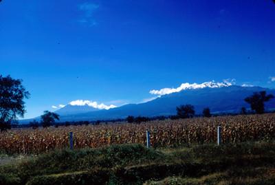 Campos de cultivo y volcanes Popocatepetl e Iztaccihuatl al fondo, paisaje