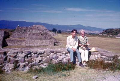 Pareja sentada en ruinas de Monte Alban