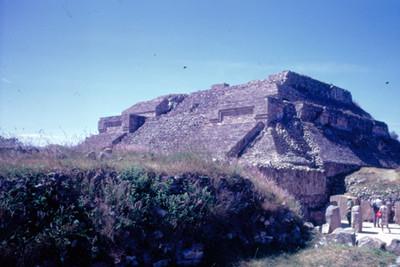 Edificio principal de Monte Alban sin desmontar, gente visita la zona arqueologica