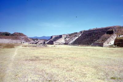 Basamentos en centro ceremonial de Monte Alban