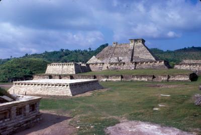 Lado sur de la Zona Arqueologica, plataforma y al fondo Edificio V