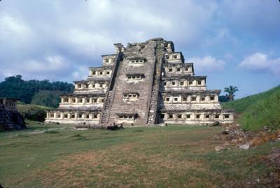Piramide de los Nichos, vista de su fachada principal,