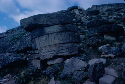Cilindros de piedra labrada, fragmentos de columnas, pertenecientes al Palacio de las Columnas