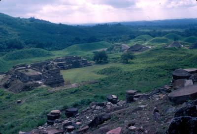Panoramica de la zona arqueologica, vista de sus edificios y monticulos cubiertos, El Tajin