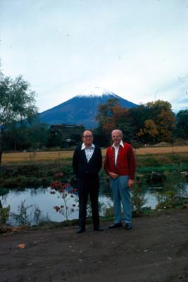 Hombres de pie en un paraje bajo el volcan Pico de Orizaba