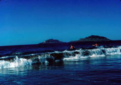 Hombres dentro del agua en la playa