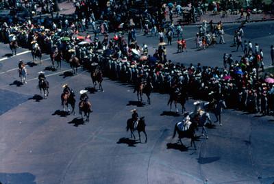 Espectadores presencian desfile de contigente de charros del 16 de septiembre