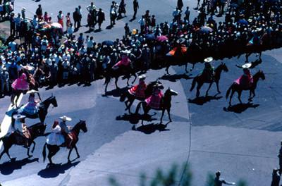 Contingente de charros a caballo desfila por calles de la ciudad