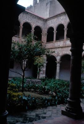 Vista del patio y del claustro en el Convento de San Agustin Acolman