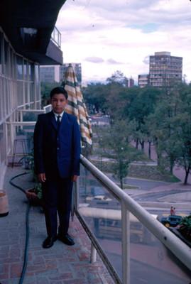 Niño en balcon de un hotel en Paseo de la Reforma