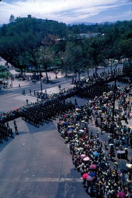 Contingente militar durante desfile a su paso por Paseo de la Reforma