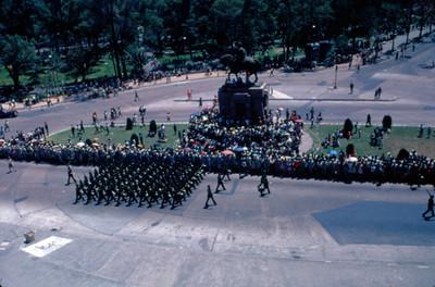 Contingente militar durante desfile a su paso por la Glorieta del Caballito en Paseo de la Reforma