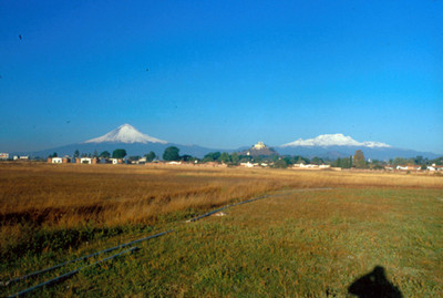 Popocatepetl, Iztlaccihuatl y la Iglesia de Nuestra Señora de los Remedios, panorama