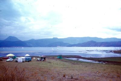 Casas de campaña a la orilla del lago en