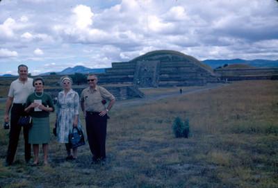 Turistas en una zona arqueologica, retrato de grupo