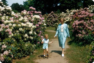 Edith Sophie y su hijo en un jardin de flores