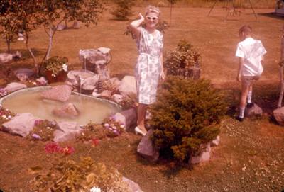 Edith Sophie e hijo en el jardin de su casa