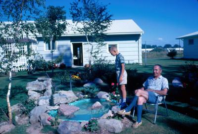 Arsen Lionel e hijo en el jardin de su casa