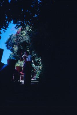 Arsen Lionel y Edith Sophie en unas escaleras, retrato