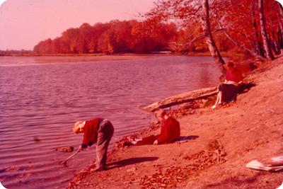 Edith Sophie e hijos a la orilla de un lago