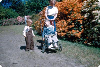 Señora Yakoubian y sus hijos en un jardin floral
