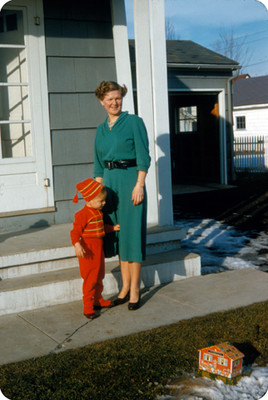 Edith Sophie e hijo afuera de su casa, retrato