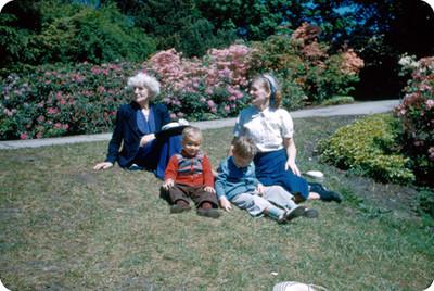 Familia Yakoubian sentados en un jardin con flores