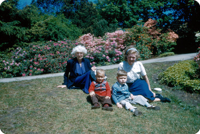 Familia Yakoubian sentados en un jardin de flores, retrato de grupo