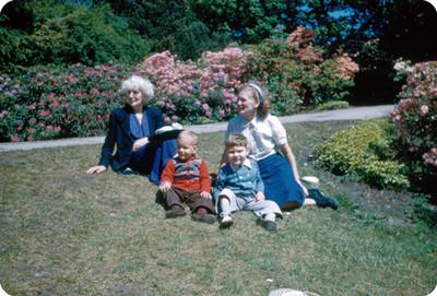Familia Yakoubian sentados en un jardin de flores