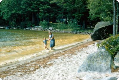 Edith Sophie junto a su hijo en un lago