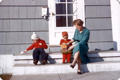 Edith Sophie junto con sus hijos en la parte exterior de su casa