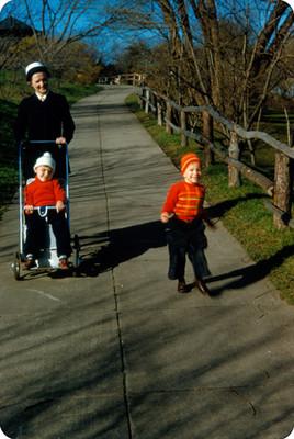Edith Sophie junto con sus hijos pasean por un parque, retrato