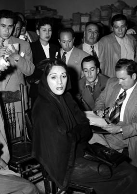 Periodistas entrevistando a una actriz, en una oficina