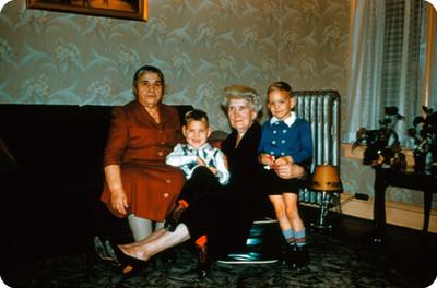 Abuelas junto a sus nietos en una sala, retrato de grupo