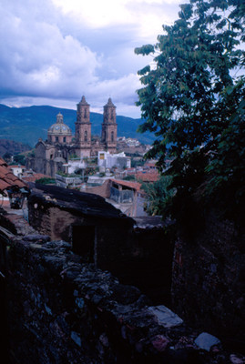 Caserio, al fondo iglesia de Santa Prisca, paisaje