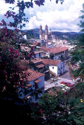 Caserio, al fondo la iglesia de Santa Prisca, paisaje
