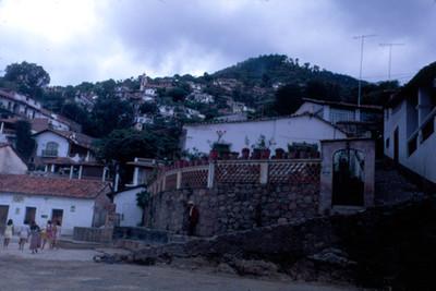 Vida cotidiana en una calle de Taxco, vista parcial
