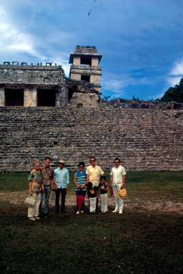 Turistas al pie del Palacio, retrato de grupo
