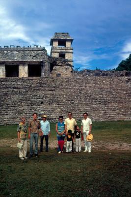 Turistas frente al Palacio, retrato de grupo