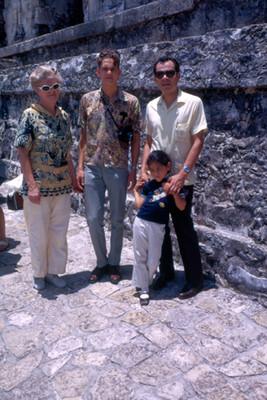 Turistas en la zona arqueologica de Palenque, retrato de grupo