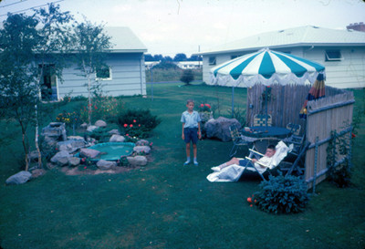 Niños en el jardin de una casa